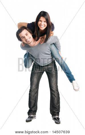Feliz de la joven pareja latina jugando juntos cuestas aislada sobre fondo blanco