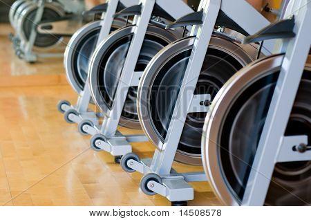 Fila de ruedas en un gimnasio