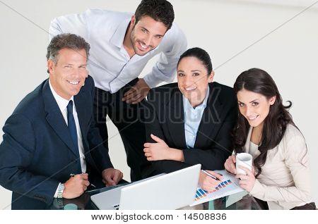 Vista de alto ángulo de sonriente equipo de negocios en la oficina