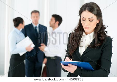 Mulher de negócios sorrindo satisfeito Compilando um formulário para um recrutamento de emprego ou entrevista no escritório