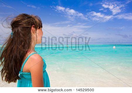Kleine Mädchen beobachten das Meer