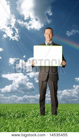 Feliz empresário segurando o cartão branco em branco ao ar livre