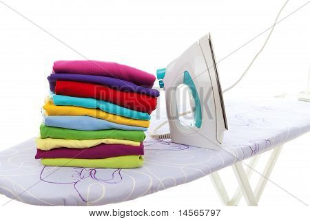 Pilha de roupa e ferro na tábua