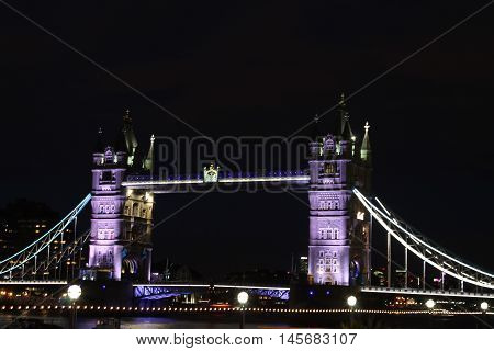 Foto scattata al Tower Bridge di notte