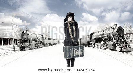 Foto retrô da mulher jovem e atraente na estação de trem