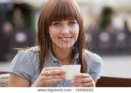Mulher sozinha em um café