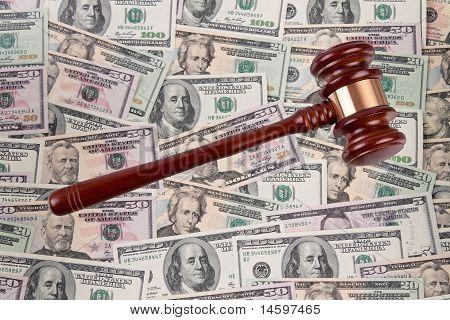 Notas de la moneda del dólar con el martillo. Legal cuesta - Anónimo