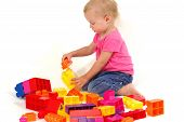 Постер, плакат: Малыш играет с блоками