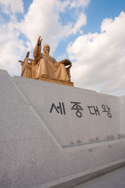 pic of hangul  - A closeup of the King Sae Jong Dae statue in downtown Seoul angled to the right - JPG