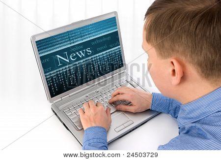 Vista posterior de un joven que trabaja de un portátil