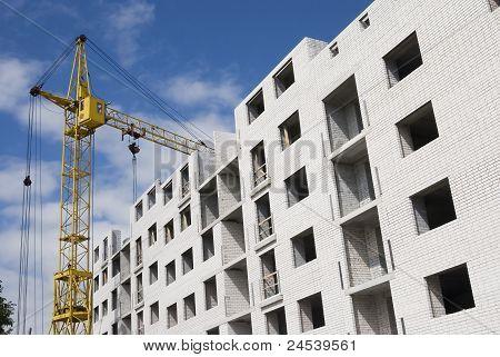 Yarda de la construcción con la grúa