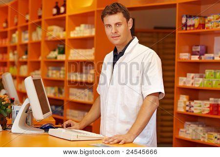 Farmacêutico atrás balcão