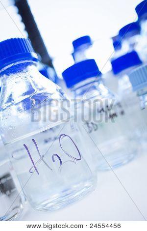Cristalerias en un laboratorio de química (DOF superficial; foco en los vasos en primer plano)
