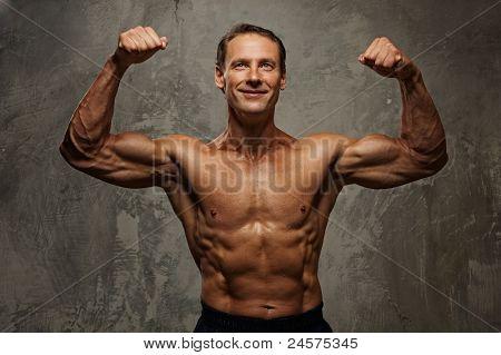 Homem musculoso bonito.
