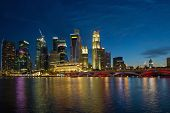 Singapore River Waterfront Skyline en la hora azul