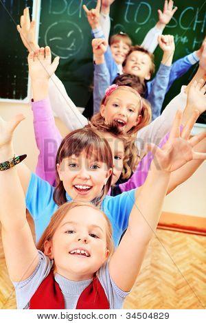 glückliche Schüler in einem Klassenzimmer. Bildung.