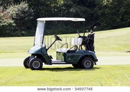 Carro de golfe em um curso de Verão