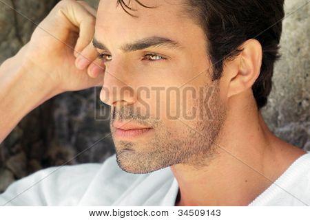 Seite Profil Ansicht Closeup Porträt eines jungen Mannes gut aussehend