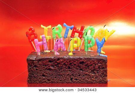 bolo de aniversário com velas formando o aniversário feliz frase depois de soprar