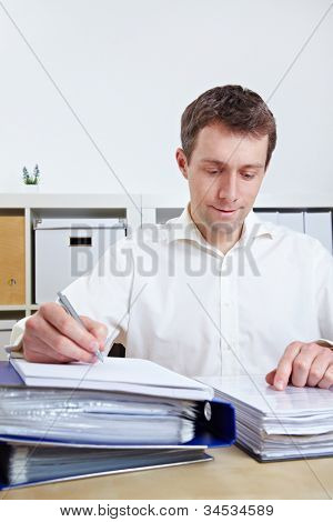 Gestor de archivos en su escritorio en su oficina