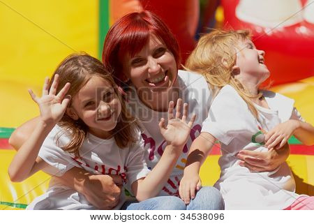 Mãe e suas filhas se divertindo no Castelo de salto