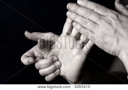 Masajear la palma de la mano y los dedos