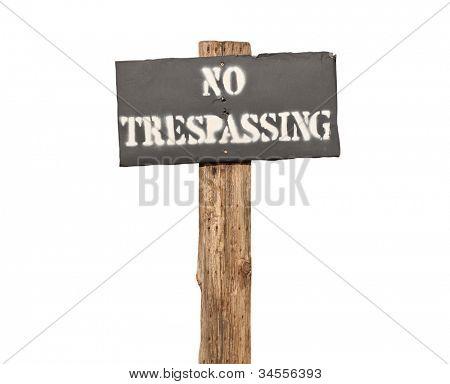 irre Schablonen kein Hausfriedensbruch Zeichen auf Holzpfosten.