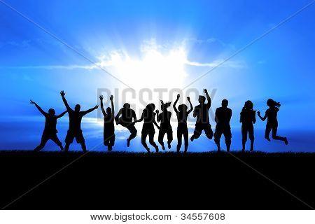 Gente saltando en los rayos del sol
