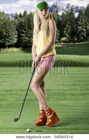 Mulher de jogador golfe sexy, ela parece à esquerda