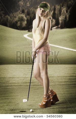Mulher de jogador golfe sexy, ela parece na lente