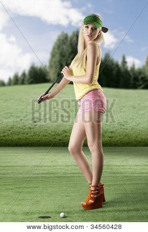 Mulher de jogador de golfe sexy com clube de golfe em seu ombro