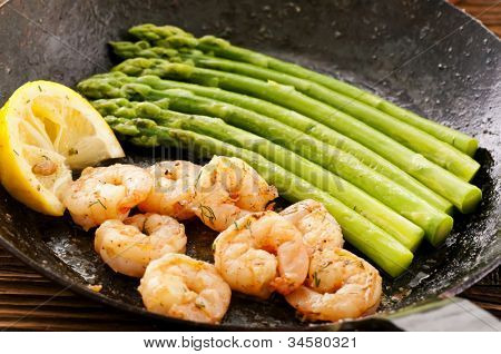 green asparagus with prawns