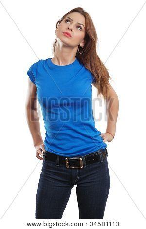 Mulher sexy com a camisa azul em branco