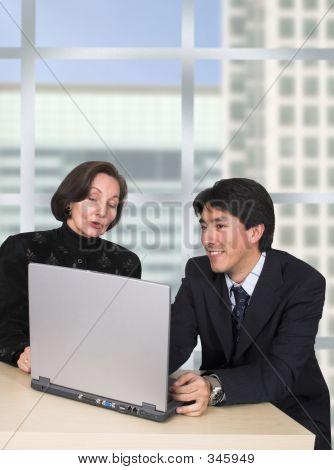 Business-Paar mit Laptop im Büro