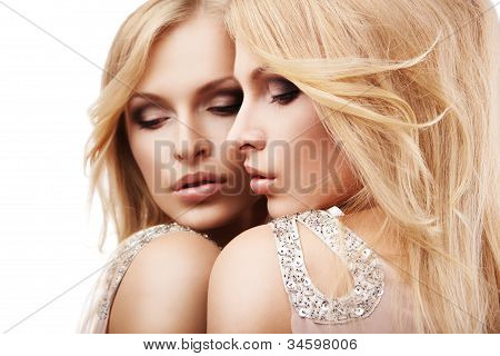 Bela jovem sexy perto espelho sobre branco