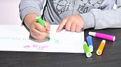 image of escuela  - Girl painting with colored markers at school - JPG