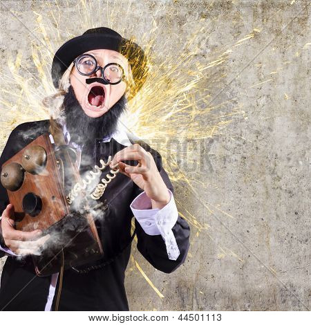 Homem engraçado, recebendo choques elétricos de telefone antigo