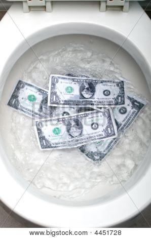 Billetes de un dólar irrigando un inodoro blanco