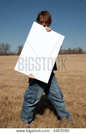 junger Mann Holding blank Ankündigung