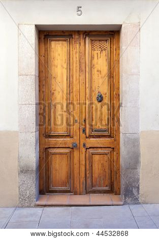 Double Wooden Door With Knocker And Mail Slot In Sarri� Quarter (barcelona)