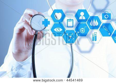 Mano de Doctor en medicina, trabajando con la interfaz de la computadora moderna