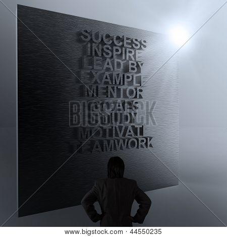 Empresario pensando en diagrama de negocios de éxito en la pared del Metal