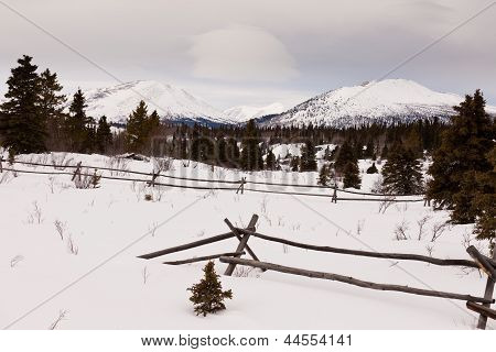 Landschaftlich Yukon Kanada Winter Berge-ranch-Zaun