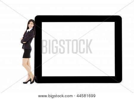 Joven empresaria permanente con tableta y pantalla en blanco