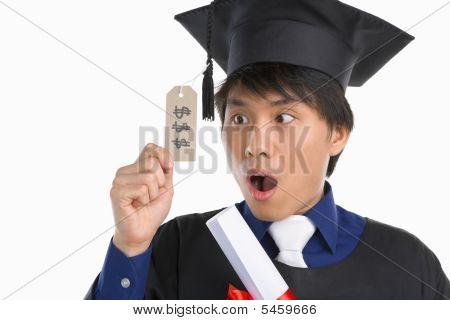 Scholar tragen Kittel überrascht in teure Bildung