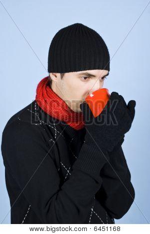 Joven beber bebida caliente