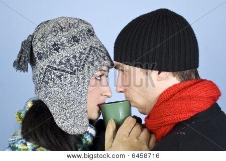 Casal jovem beber bebida quente do mesmo copo