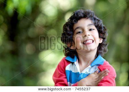 Niño feliz al aire libre