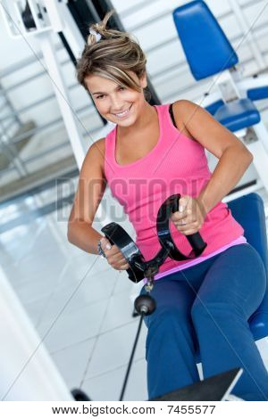 Frau an der Ausübung Fitness-Studio