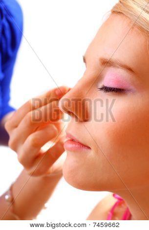 Mulher bonita aplicação Make Up.